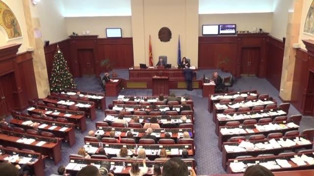 vídeos de stock, filmes e b-roll de macedonian parliament agrees to change country's name to the republic of north macedonia - república da macedônia