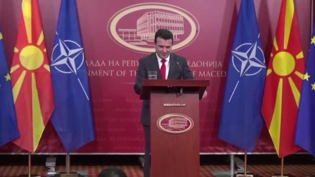 vídeos de stock, filmes e b-roll de macedonian prime minister zoran zaev calls on greece to end their nations decades long dispute by ratifying the deal to rename his country the... - república da macedônia