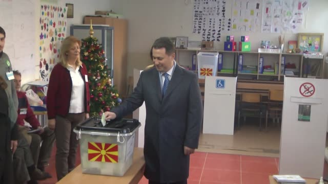 vídeos de stock, filmes e b-roll de macedonia's former prime minister and leader of the ruling vmro dpmne nikola gruevski cast his ballot at a polling station in skopje during early... - república da macedônia