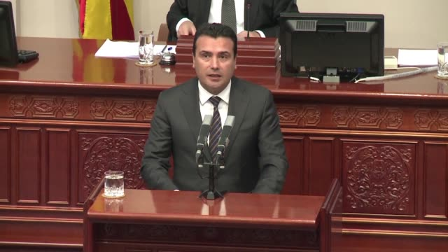 vídeos de stock, filmes e b-roll de macedonia's parliament opens a debate on whether to approve a deal to change the country's name a crucial step towards settling a long running... - república da macedônia