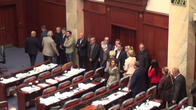 vídeos de stock, filmes e b-roll de macedonia's parliament vote to start the process of renaming the country north macedonia a major step towards ending a decades long stalemate with... - república da macedônia