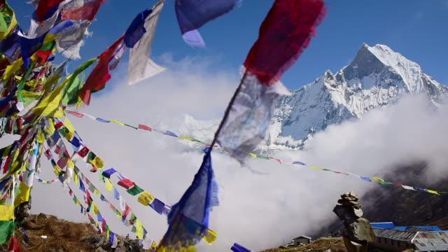 stockvideo's en b-roll-footage met machapuchare peak and prayer flags - annapurna range