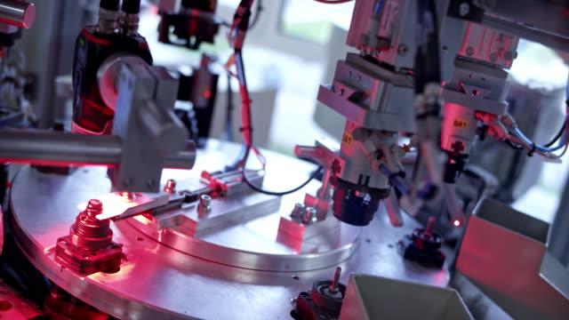 ld 機器武器在生產線中測量塑膠製品後對其進行分揀 - 機械 個影片檔及 b 捲影像