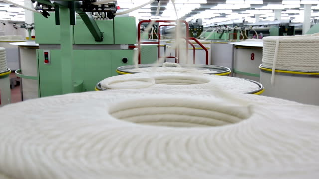 stockvideo's en b-roll-footage met machine at textile factory - katoen