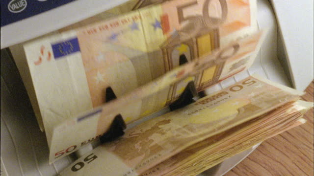 vidéos et rushes de ecu, ha, machine counting fifty euro bills - billet de banque euro