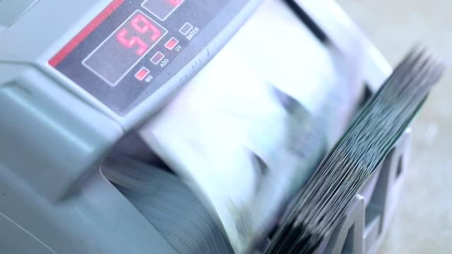 vídeos y material grabado en eventos de stock de machine counting indian banknotes - edificio financiero