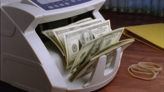 vídeos de stock, filmes e b-roll de cu, machine counting one hundred dollar bills - pilha arranjo