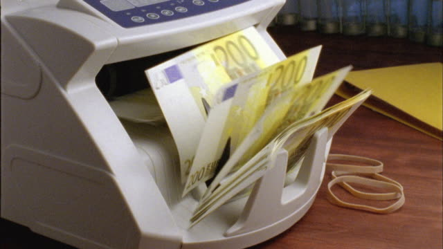 vídeos de stock, filmes e b-roll de cu, machine counting two hundred euro bills - moeda da união europeia