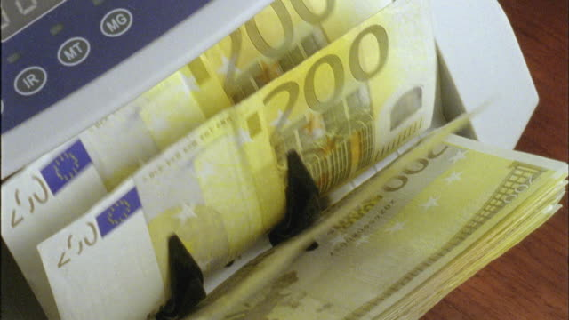 vidéos et rushes de ecu, ha, machine counting two hundred euro bills - billet de banque euro