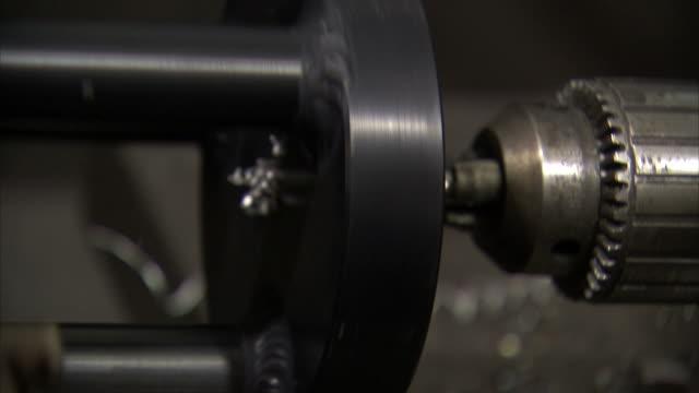 vídeos de stock e filmes b-roll de ecu machine drilling into metal - trabalho de metal