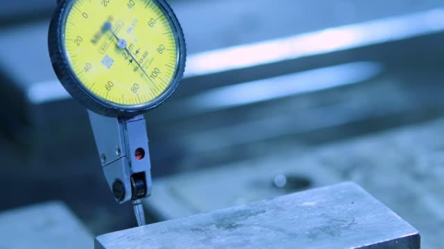 4 k : cnc-maschine in bearbeitung einer messen - 4k auflösung stock-videos und b-roll-filmmaterial