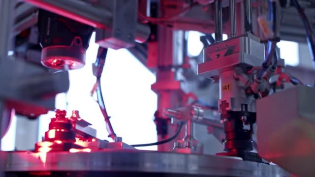 ld machine im werk nimmt kunststoffteile auf und sortiert sie - maschinenteil hergestellter gegenstand stock-videos und b-roll-filmmaterial