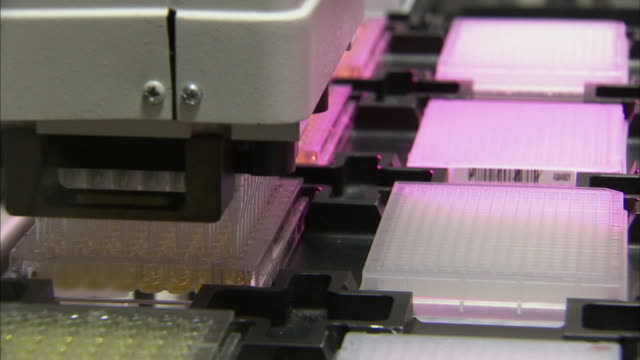 vídeos de stock e filmes b-roll de cu machine injecting liquid into test tubes for chemistry experiments, new jersey, usa - porta amostra