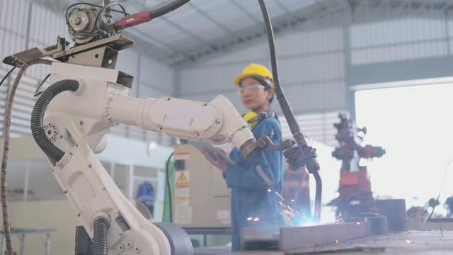 machine inspection and control engineer, industrial automation, intelligent robot in monitoring system software. - affärsstrategi bildbanksvideor och videomaterial från bakom kulisserna