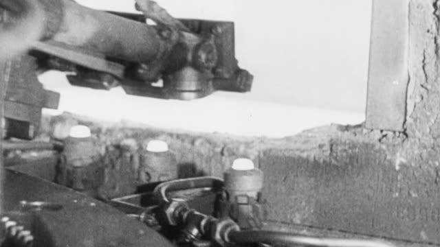 vídeos y material grabado en eventos de stock de 1951 montage machine manufacturing light bulbs / united kingdom - foco técnica de imágenes