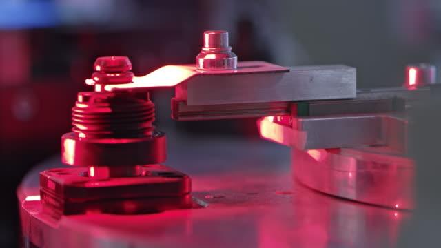stockvideo's en b-roll-footage met machine die het in de fabriek vervaardigde kunststof onderdeel meet - machine part