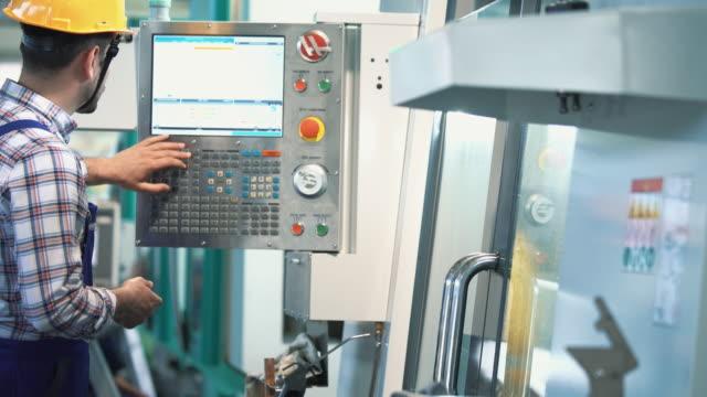 stockvideo's en b-roll-footage met cnc machine-operator. - productielijn werker