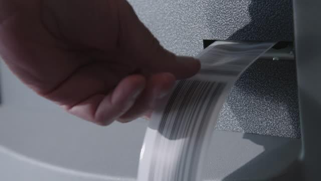 vídeos de stock, filmes e b-roll de machine prints baggage tag at airport - etiqueta mensagem