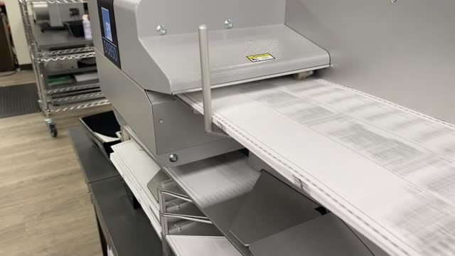 vídeos y material grabado en eventos de stock de machine process ballots for counting in provo, ut, u.s. on tuesday, november 3, 2020 . utah is one of several states that have moved to mail in... - escrutinio