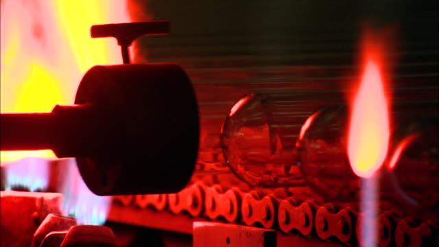 vidéos et rushes de cu machine producing glass tubes at himin solar energy group factory, dezhou, shandong, china - groupe moyen d'objets