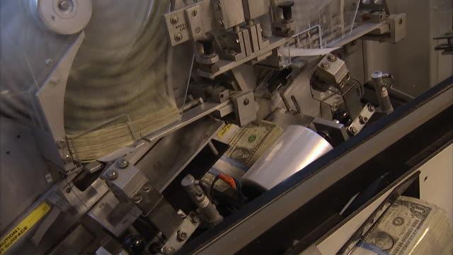 cu td machine sorting one dollar bills into bundles of $100 each / kansas city, kansas, united states  - 中央銀行点の映像素材/bロール