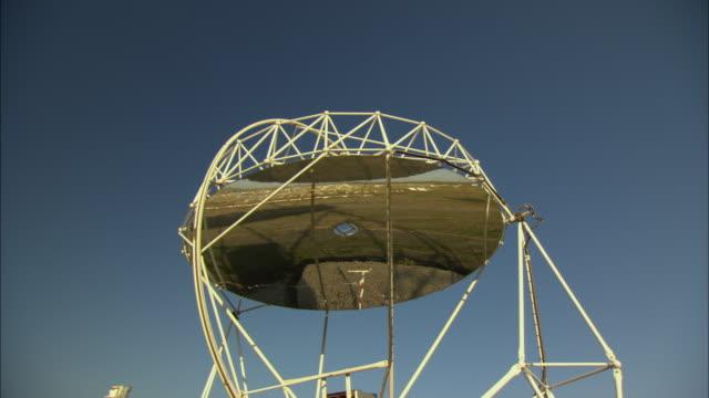 vídeos de stock e filmes b-roll de ms la machine spinning solar dish under blue sky at plataforma solar del almaria, almaria, spain - maquinaria
