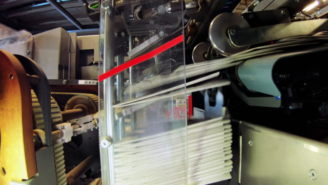 vídeos de stock e filmes b-roll de ld machine stacking folded newspapers - jornal