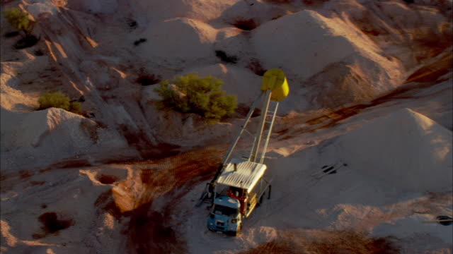 a machine stands idle at the coober pedy opal mines. - coober pedy stock videos & royalty-free footage