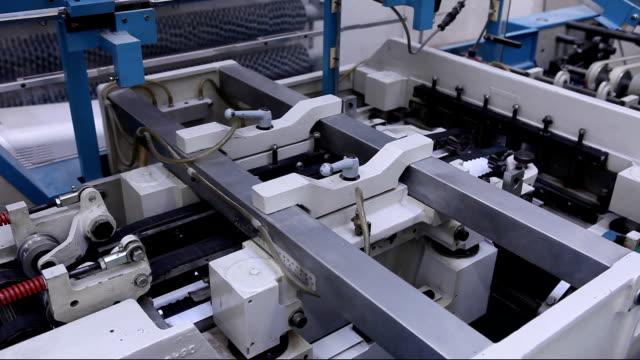 vídeos de stock, filmes e b-roll de máquina de costura e livro impresso na impressora - ponto de costura