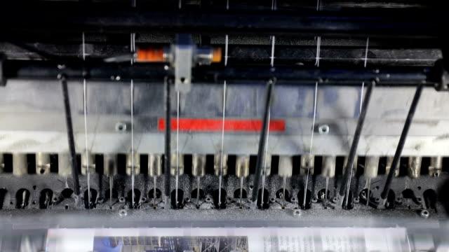 vídeos y material grabado en eventos de stock de máquina de costura y corte de papel impreso - máquina impresora