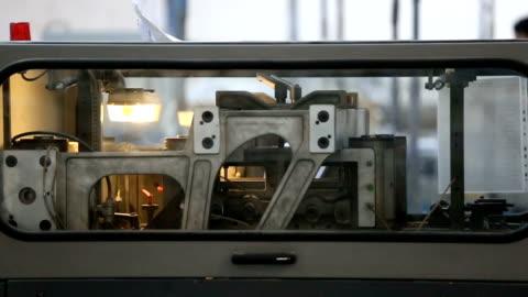 stockvideo's en b-roll-footage met machine stiksels en snijden van papier - litho