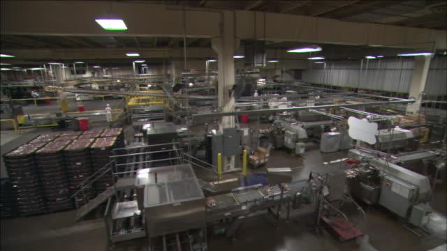 vídeos y material grabado en eventos de stock de machinery operates in an industrial bakery. - paleta herramientas industriales
