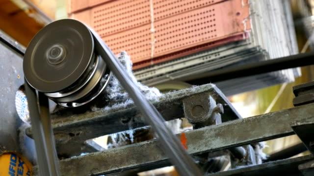 maschinerieteil des klassischen retrostil webmaschine - textilfabrik stock-videos und b-roll-filmmaterial