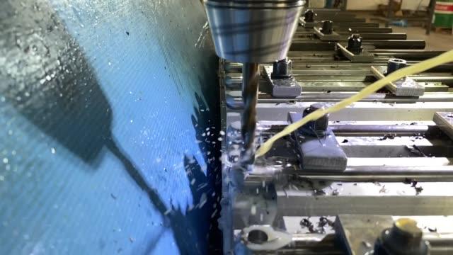 stockvideo's en b-roll-footage met machining metal parts on milling machine in slow motion - piercen