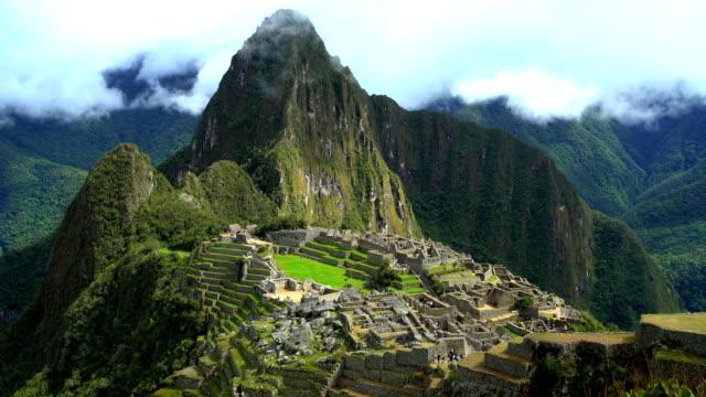machu picchu in sacred mountain urubamba valley peru - マチュピチュ点の映像素材/bロール