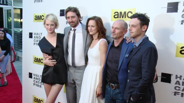 vídeos de stock, filmes e b-roll de mackenzie davis lee pace kerry bishe toby huss and scoot mcnairy at amc's halt and catch fire los angeles premiere at arclight cinemas on may 21 2014... - cinemas arclight hollywood