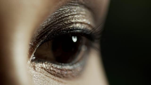 vídeos de stock e filmes b-roll de macro beauty eye open close blinking after applying make up eyelashes - retina