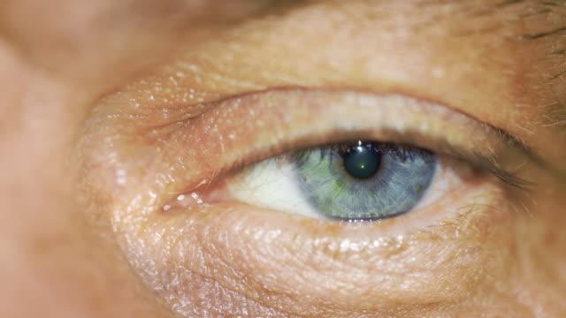 stockvideo's en b-roll-footage met macro close view of sad male blue color left eye - netvlies