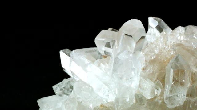 vídeos de stock, filmes e b-roll de boneca de macro: cristal de berg no preto - cristais