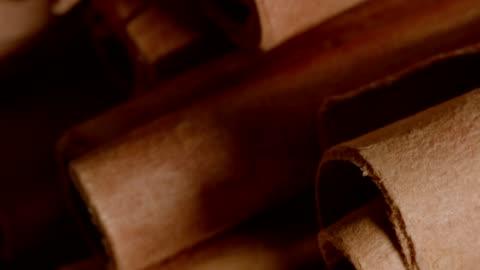 makro-dolly: zimt - rohmaterial stock-videos und b-roll-filmmaterial