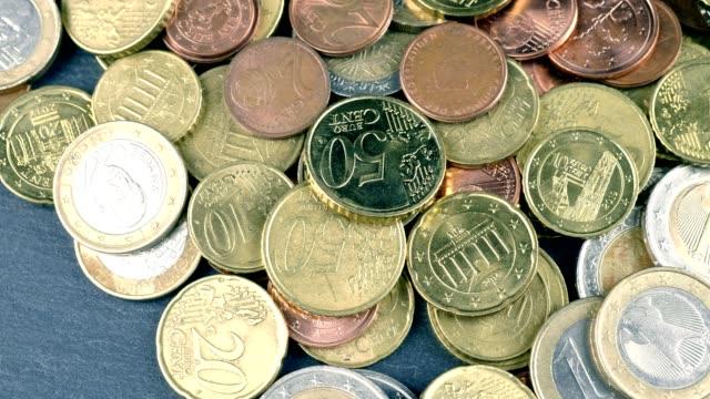 vídeos de stock, filmes e b-roll de macro dolly - moedas euro - moeda