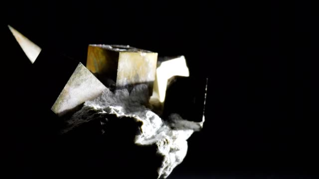 vídeos de stock e filmes b-roll de macro dolly: pyrite on black - quartzo