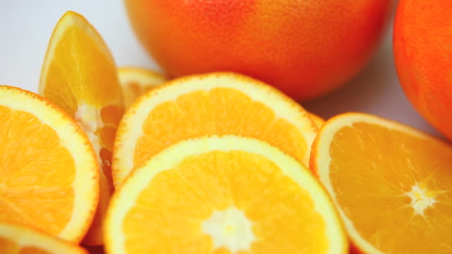 hd macro dolly shot of orange slices - frische stock videos & royalty-free footage