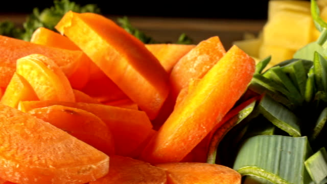 Makro-Dolly: Silde über Gemüse in Stücke für die Suppe schneiden