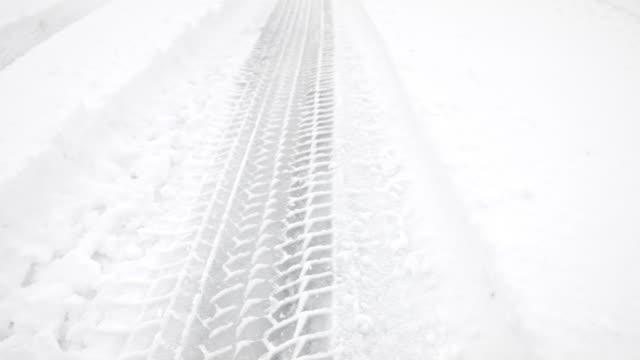 vídeos de stock e filmes b-roll de macro dolly: tire tracks in fresh snow - rasto forma