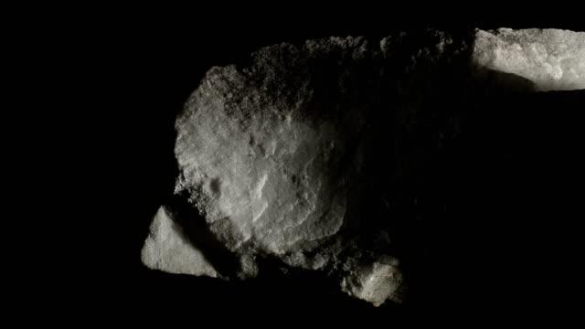 マクロ ドリー: 白い黒い背景に大理石 - 石点の映像素材/bロール