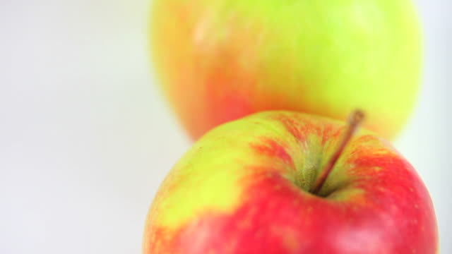 hd macro fresh apples dolly shot - frische stock videos & royalty-free footage