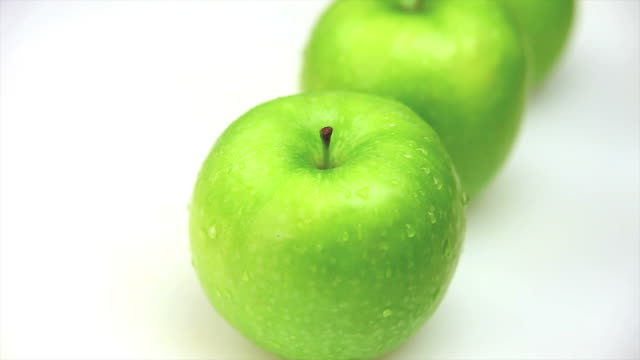 hd macro fresh green apples dolly shot - frische stock videos & royalty-free footage
