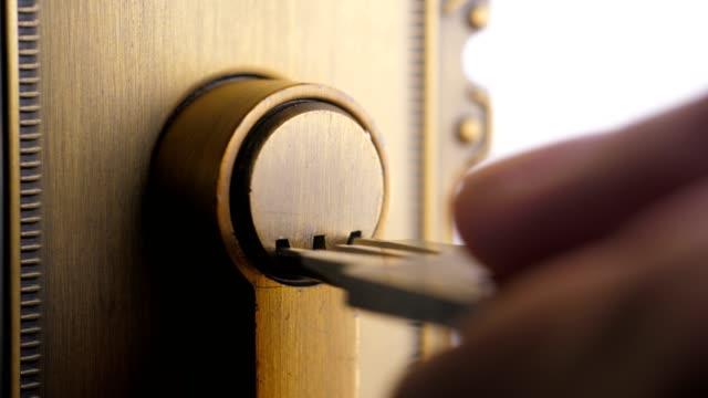 vídeos y material grabado en eventos de stock de macro key en la cerradura de la puerta de la puerta - cerradura