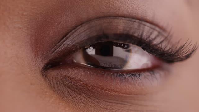 macro of black female's teary eye on green screen - extreme close up 個影片檔及 b 捲影像